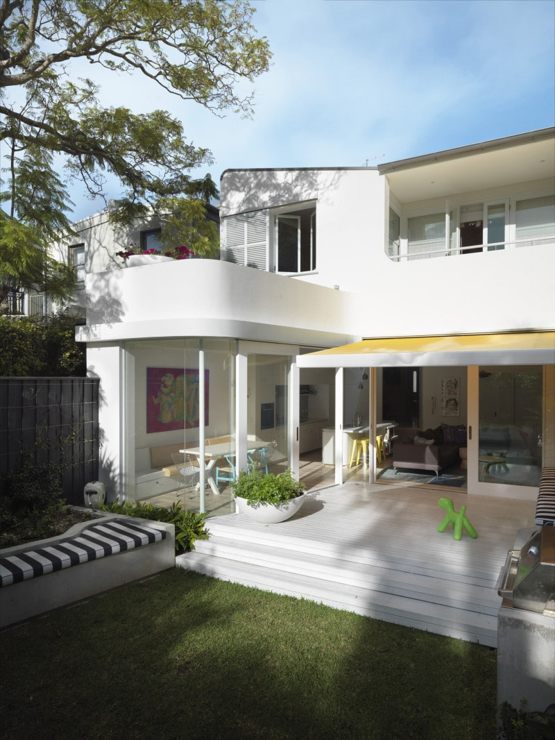 Luigi Rosselli, Backyard Lawn, Curved House, Built in Seat, curved white render balcony bright yellow awning