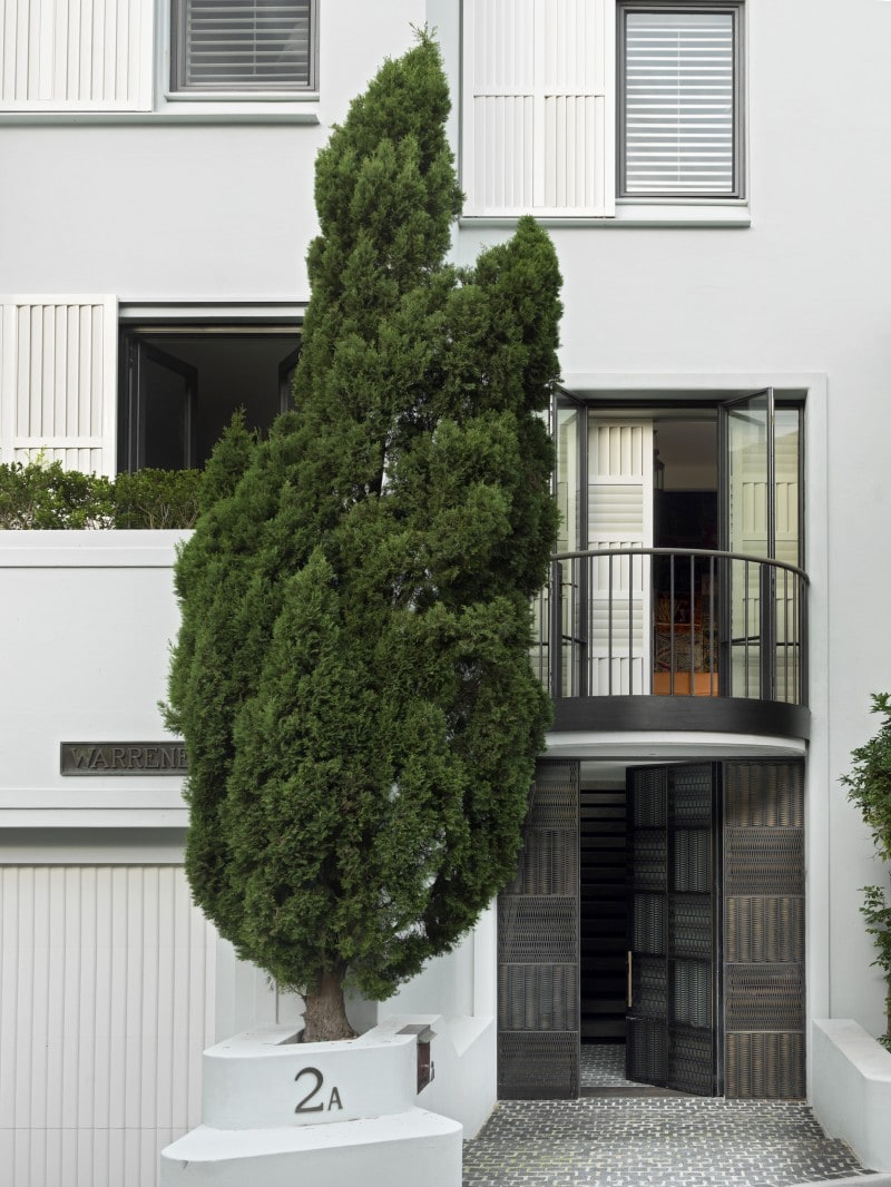 Luigi Rosselli, Sliding white timber shutter adapted architecture