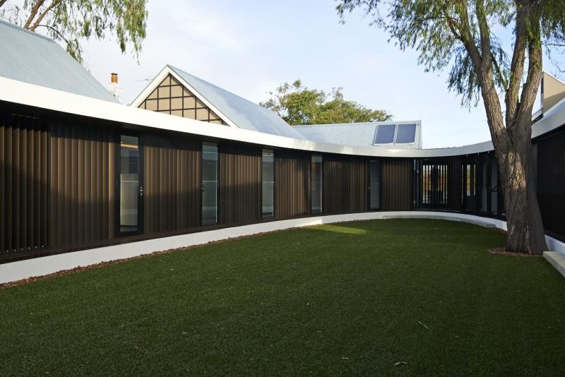 Luigi Rosselli, Courtyard, Jarrah Verandah, Vertical Aluminum Louvres, Lawn, Aluminum Wall Cladding