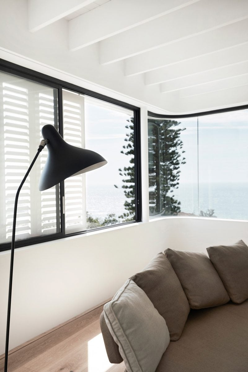 Curved interior walls timber blinds of Luigi Rosselli designed tamas tee house.