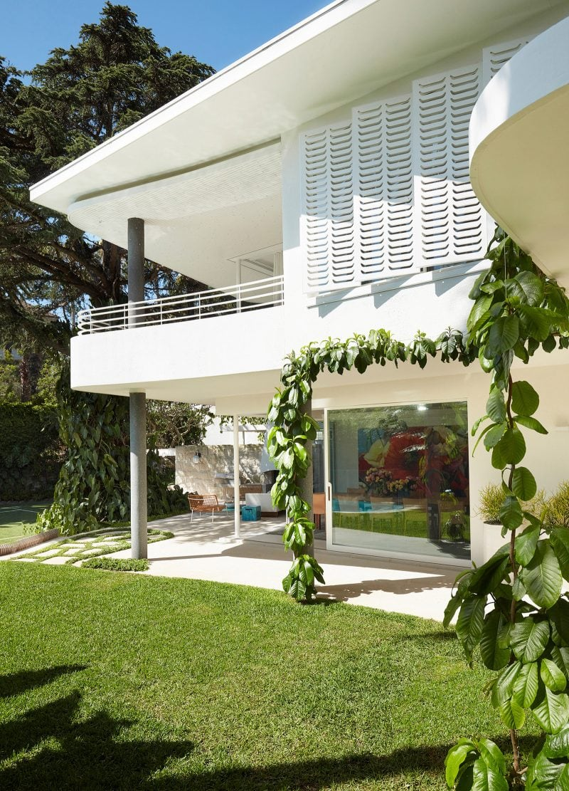 Luigi Rosselli Architects, White Shutters, Backyard Lawn, Backyard Landscaping Design, Climber Plants, Concrete
